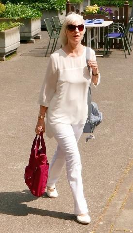2019: Zita Munderloh auf dem Weg zum Auftritt (Foto: Manfred Weiler)