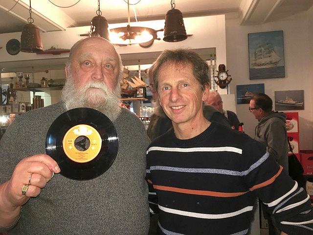 """Norbert Barwick überreicht Udo Forster eine Schallplatte """"Sie hieß Mary-Ann"""" (Foto: Manfred Weiler)"""