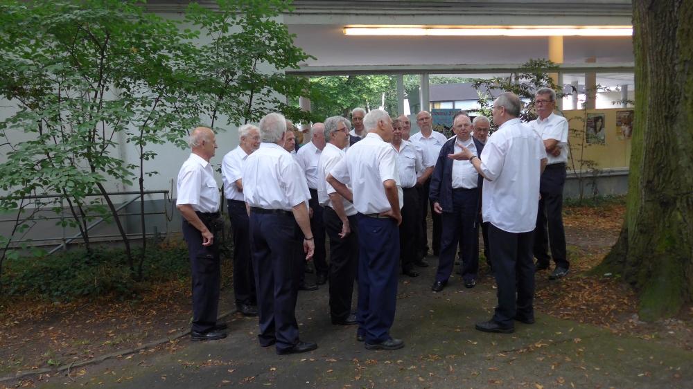 Juli 2016: Einstimmung der Sänger (Foto: Manfred Weiler)