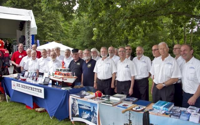 2012: BONNER SHANTY-CHOR am Stand der Deutschen Gesellschaft zur Rettung Schiffbrüchiger (DGzRS) (Foto: Who)
