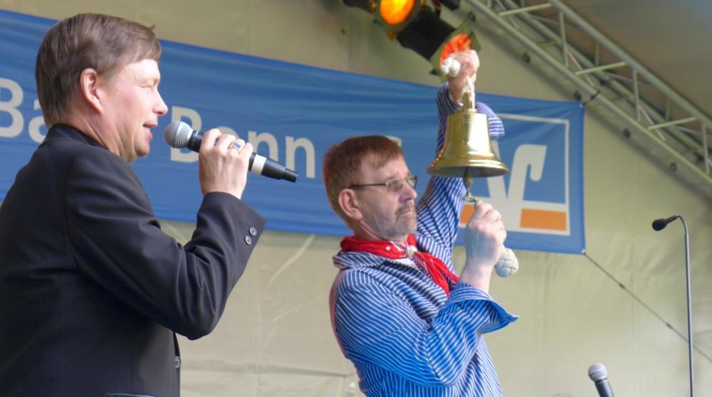 """2015: Moderator Willi Baukhage / Georg Dovermann bereit zum """"Glasen"""" (Foto: Manfred Weiler)"""