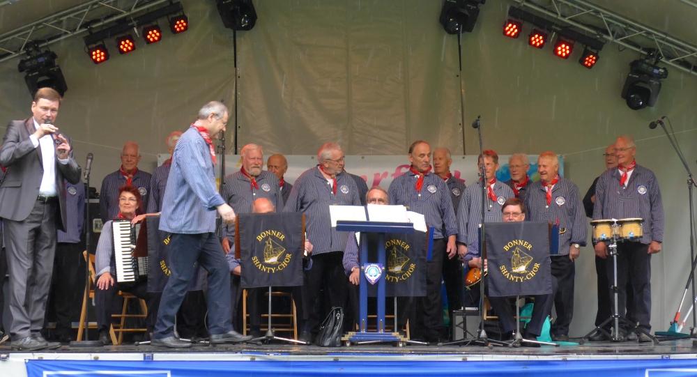 2016: Moderator Willi Baukhage kündigt Chorleiter Martin Frey an (Foto: Manfred Weiler)