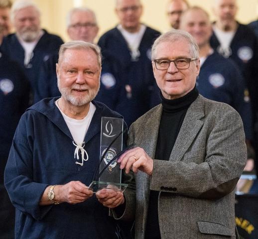 2019: Bernd Leyendecker (rechts) überreicht den Ehrenpreis der Aktion Weihnachtlicht an Hans-Kurt Süßmilch (Foto:  Meike Böschemeyer)