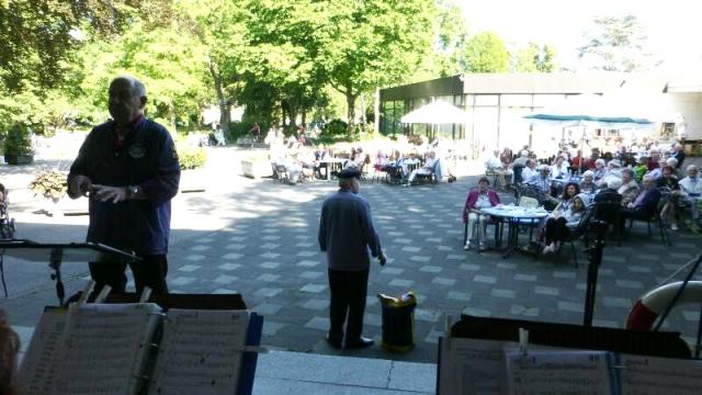 2012: Interims-Dirigent Heinz Schreiber, auf der Terrasse Solist Rudi Mölders (Foto: Imke Weiler)