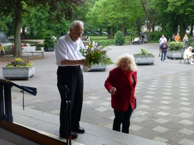 2013: Am Ende des Konzerts: Ein spontanes Blumengeschenk (Foto: Manfred Weiler)