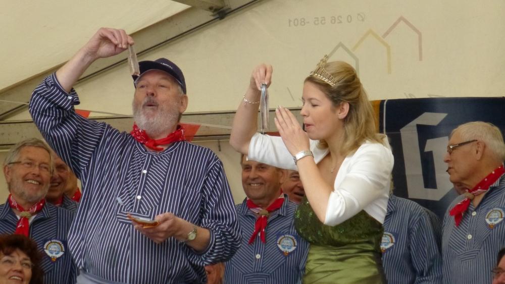 2012: Der Matjesbiss, eine traditionelle Zeremonie (Foto: Imke Weiler)