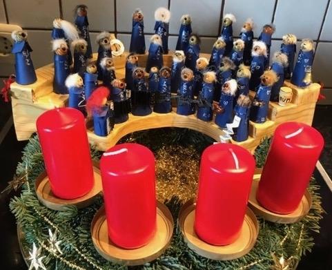 """Adventskranz mit """"kleiner Chorversammlung"""" (Foto: Heidrun Schulz / Manfred Weiler)"""