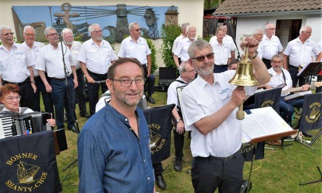 2017: Sommerfest der MK Eisbrecher Stettin: MK-Vorsitzender Berthold Heupel und Georg Dovermann, bereit zum Glasen (Foto: Stefan Hermes)