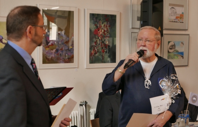 2018: Chor-Manager Hans-Kurt Süßmilch gratuliert Berthold Heupel (Foto: Imke Weiler)