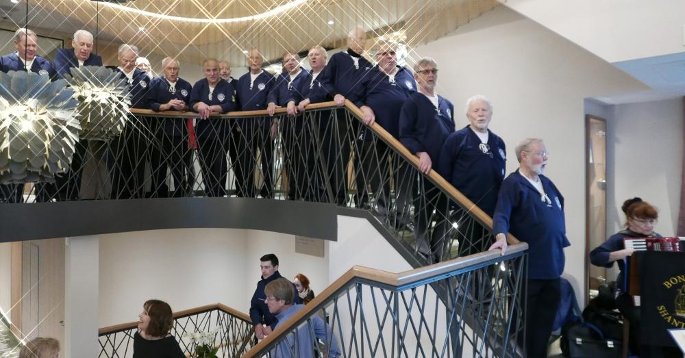 2018: BONNER SHANTY-CHOR auf der Treppe (Foto: Manfred Weiler)