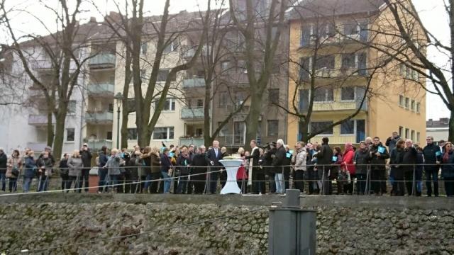 2018: Schaulustige am Erzbergerufer (Foto: Gertrud Ponelies)