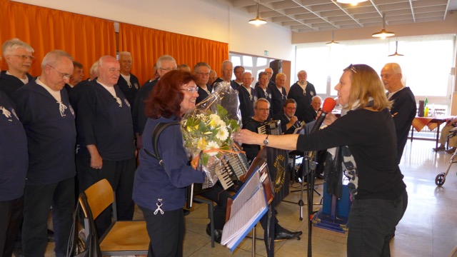 2015: Ein Blumenstrauß als Dank des Hauses (Foto: Manfred Weiler)