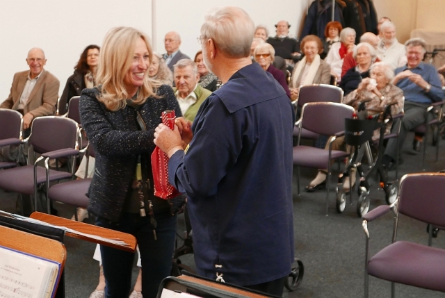 2018: Petra Weides überreicht ein Gastgeschenk an Hans-Kurt Süßmilch (Foto: Manfred Weiler)