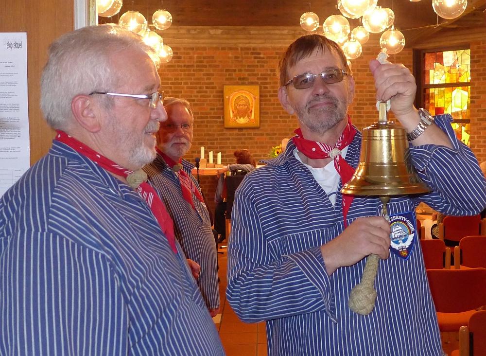2015: Traditioneller Beginn: Das Glasen (Foto: Manfred Weiler)