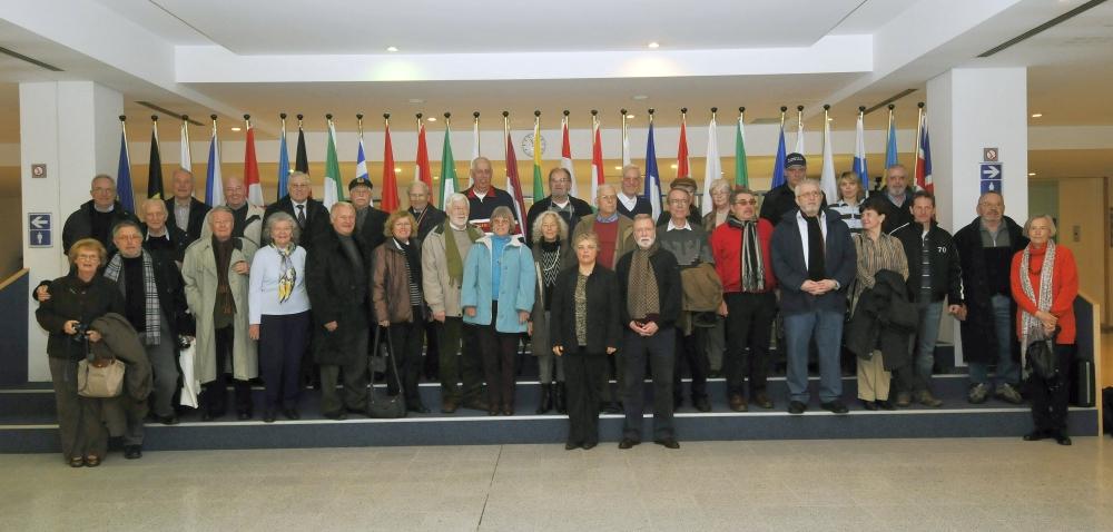 2008: Der BONNER SHANTY-CHOR im Europaparlament, Brüssel. Im Hintergrund die Flaggen der 27 Mitgliedstaaten und die Europa-Flagge. (Foto: privat)