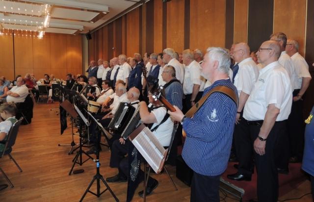 2013: 95. Geburtstag Heiko Fenn, Auftritt gemeinsam mit dem Passat-Chor (Foto: Achim Haupt)