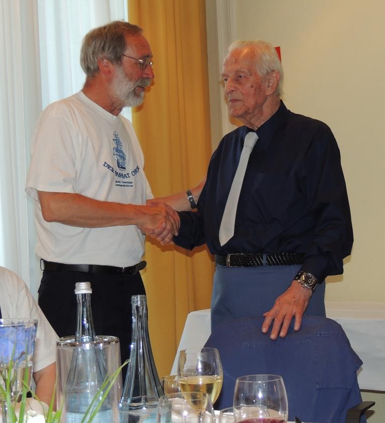2013: Persönliche Gratulation durch Ralpf Steinführer, Vorsitzender des Passat-Chors (Foto: Achim Haupt)