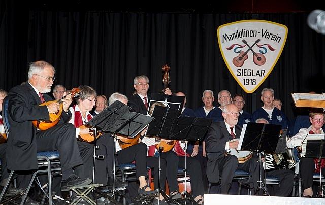 2016: Mandolinenspieler und BONNER SHANTY-CHOR auf der Bühne (Foto: Mandolinen-Verein)