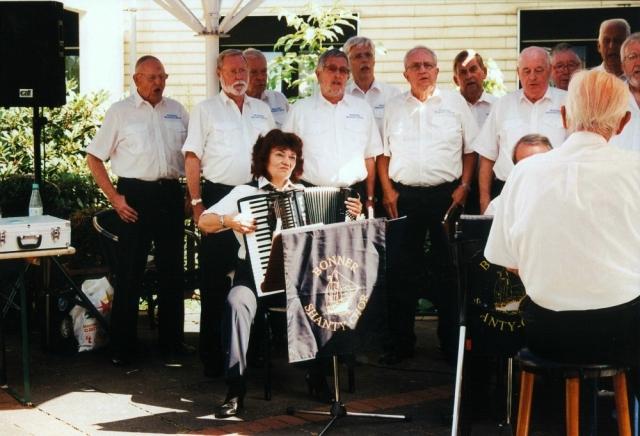 2012: BONNER SHANTY-CHOR mit Akkordeonistin Heidrun Schulz (Foto: T. Daniel)