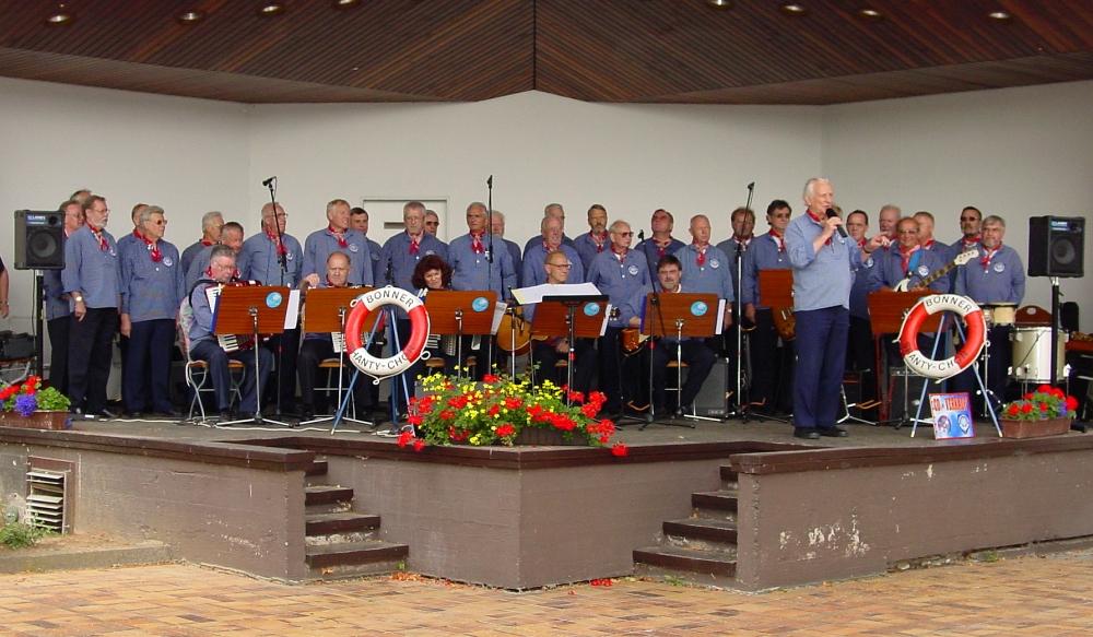 2002: BONNER SHANTY-CHOR in der Konzertmuschel Bad Breisig (Foto: privat)