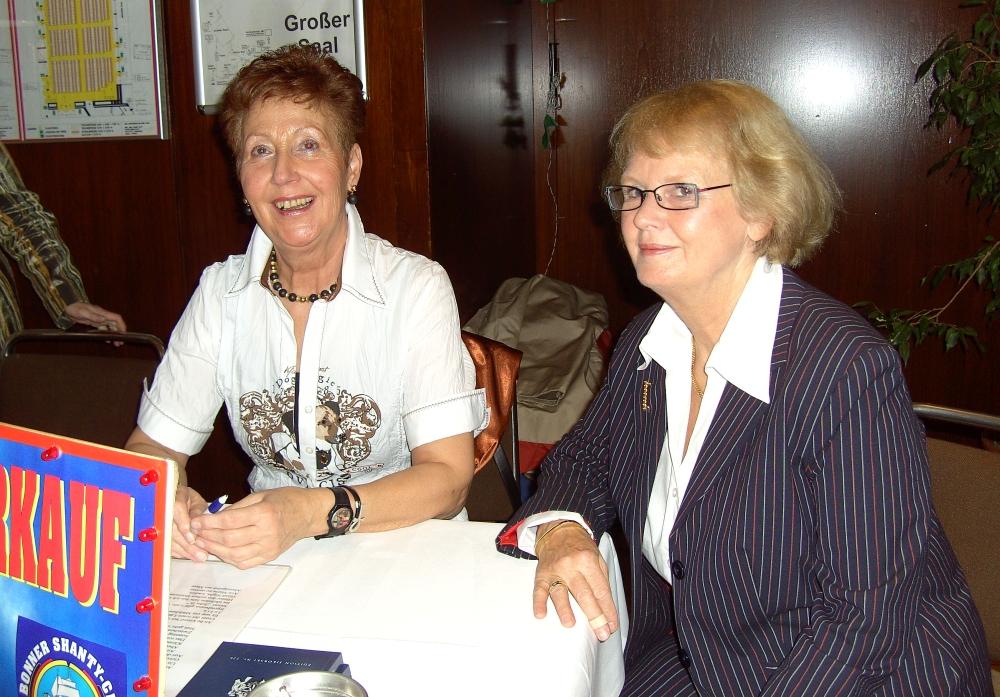 2007: Am Verkaufsstand (Foto: Manfred Weiler)