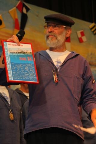 2012: Ralph Steinführer (PASSAT CHOR) präsentiert ein Gastgeschenk (Foto: BSC)