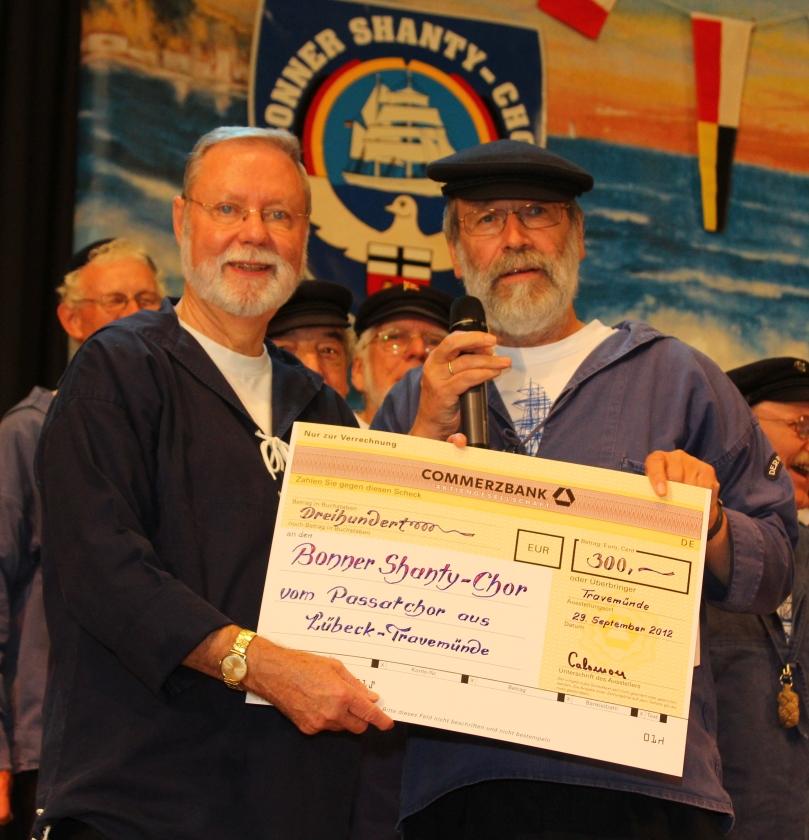 2012: Ein Scheck wird überreicht (Foto: BSC)
