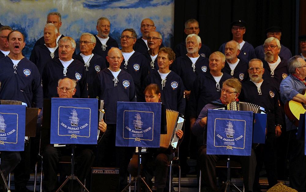 2012: Sängerschar mit Akkordeonisten (Foto: BSC)