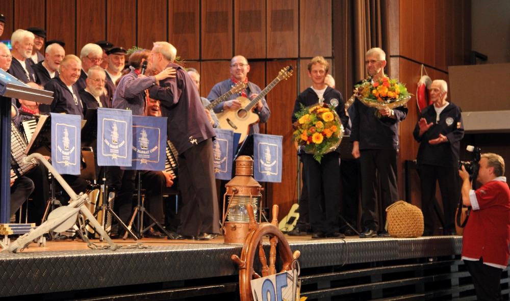 2012: Danksagung mit Blumen (Foto: Wolfhard Scherping)