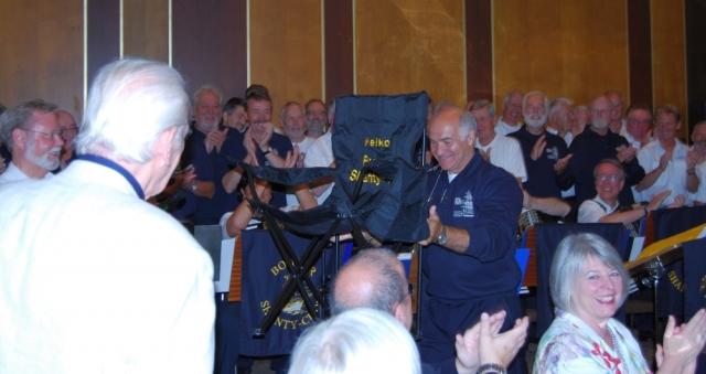 2008: Das Geschenk des PASSAT CHORES: Ein Regiestuhl (Foto: Achim Haupt)
