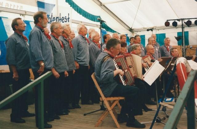 1997: BONNER SHANTY-CHOR beim Hafenfest in Hersel (Foto: Flecken)