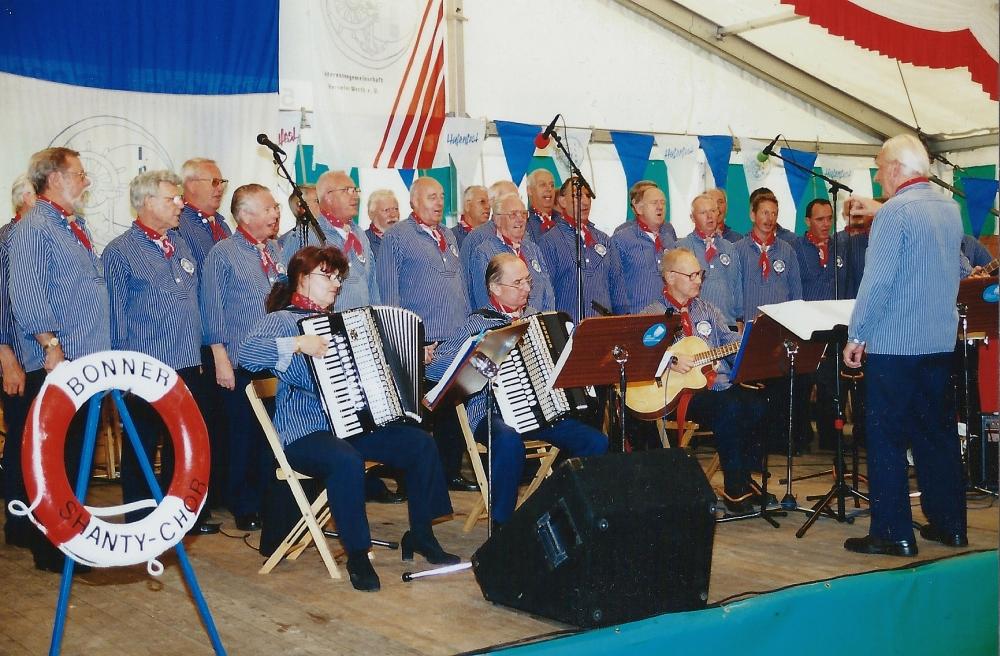 2001: BONNER SHANTY-CHOR beim Hafenfest in Hersel (Foto: Flecken)