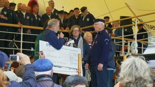 2011: Ein Scheck wird überreicht (Foto: Imke Weiler)