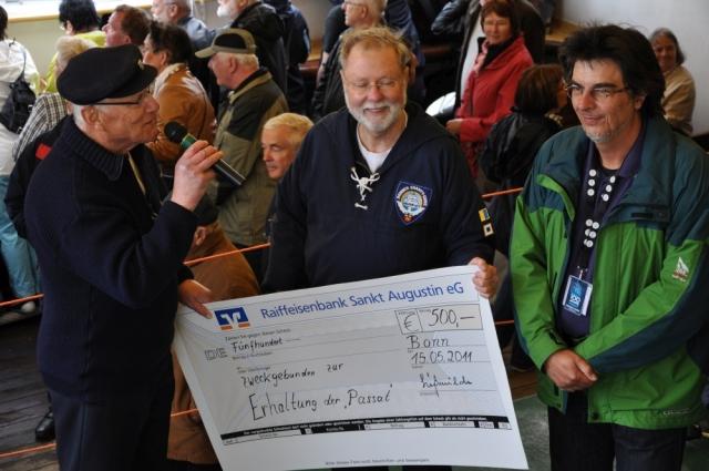 2011: Ein Scheck wird überreicht (Foto: Hans-Jürgen Kempe)