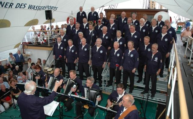 2006: BONNER SHANTY-CHOR während der Serenade (Foto: Behrens)