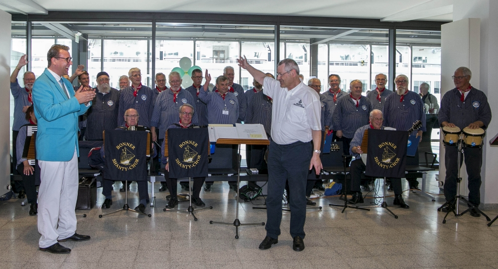 2018: BONNER SHANTY-CHOR mit Kreuzfahrtdirektor Jörn Hofer (Foto: Albatros Foto Manager)