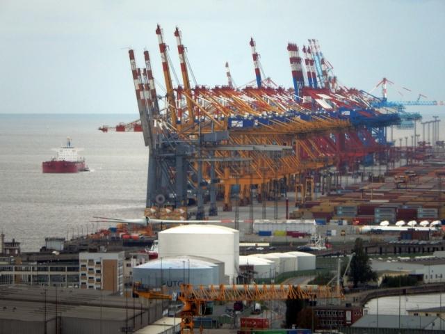 2018: Containerbrücken in der Ferne (Foto: Wilfried Bennerscheidt)