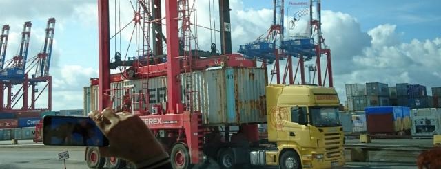 2018: Verladen eines Containers mittels Van Carrier (Foto: Frank Ponelies)
