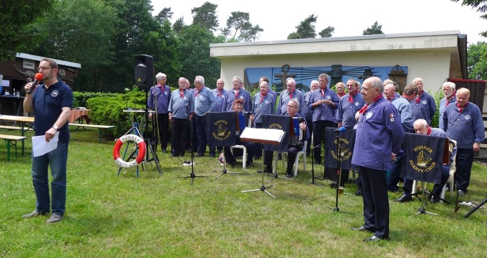 2015: Sommerfest der MK Eisbrecher Stettin: BONNER SHANTY-CHOR und MK-Vorsitzender Berthold Heupel (Foto: Manfred Weiler)