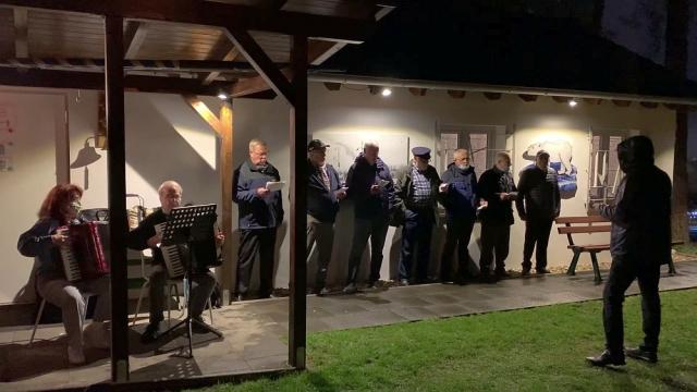 2020 Eine Abordnung des BONNER SHANTY-CHORES singt im Regen das Ostfrieslandlied (speziell zu Kurts 80. Geburtstag; Foto: Manfred Weiler)
