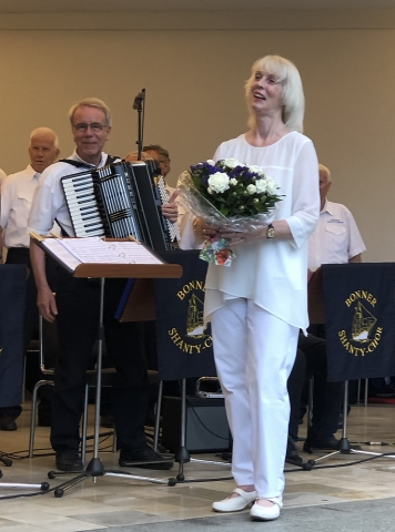 2019: Blumen für Dirigentin Zita Munderloh (Foto: Imke Weiler)