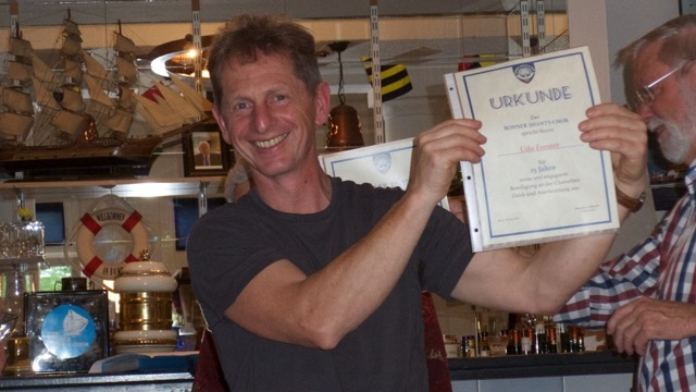 Udo Forster mit Urkunde (Foto: Manfred Weiler)