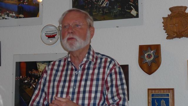 Hans-Kurt Süßmilch bei seiner kleinen Ansprache (Foto: Manfred Weiler)