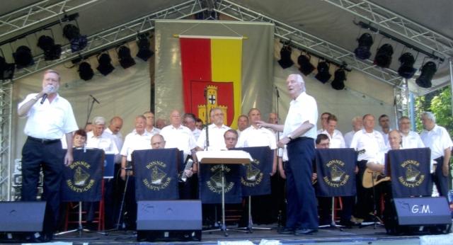 2008: BONNER SHANTY-CHOR auf der Bühne Sommerfestes in Bad Godesberg (Foto: Gerhard Meyer)