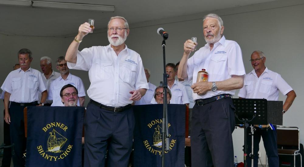 """2017: Moderator Hans-Kurt Süßmilch und Solist Horst Schmitt testen den """"Rum aus Jamaica"""" (Foto: Manfred Weiler)"""