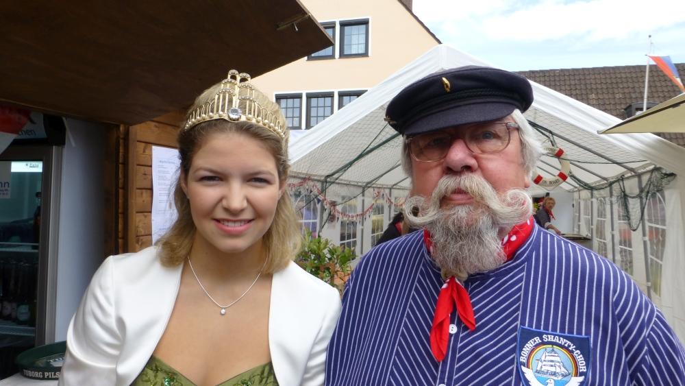 2012: Sänger Fritz Müller und die Brunnenkönigin (Foto: Imke Weiler)