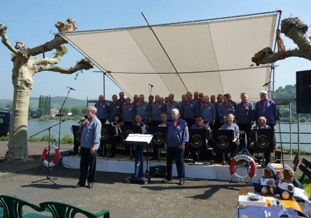 2010: BONNER SHANTY-CHOR auf der Rheinufer-Bühne (Foto: Imke Weiler)