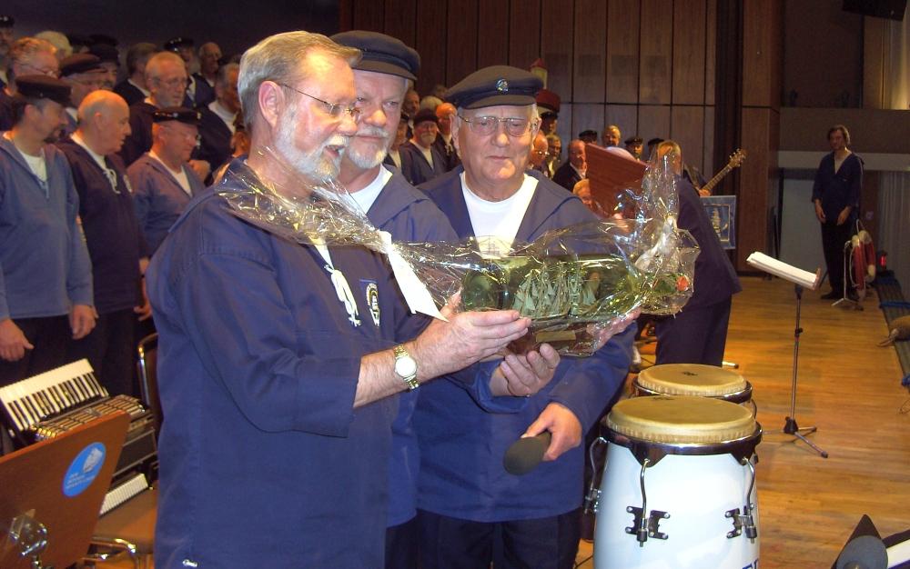 2007: Geschenke werden überreicht (Foto: Manfred Weiler)