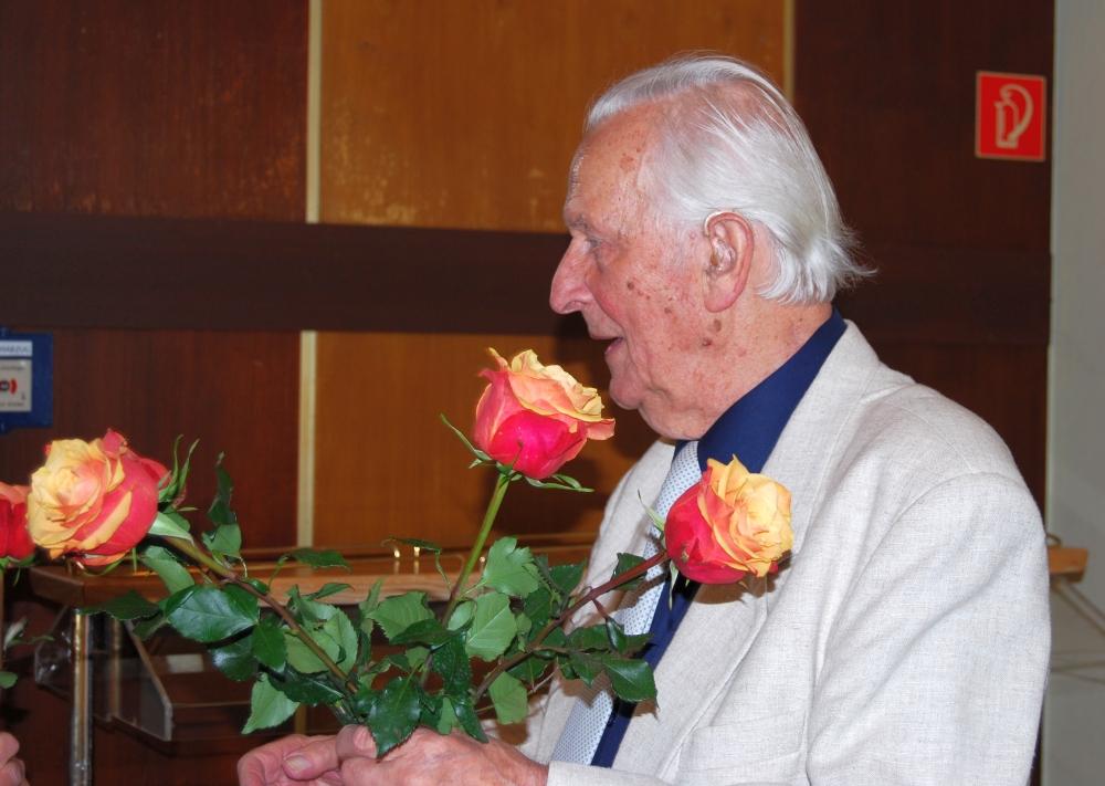 2008: Jubilar mit Rosenstrauß (Foto: Achim Haupt)