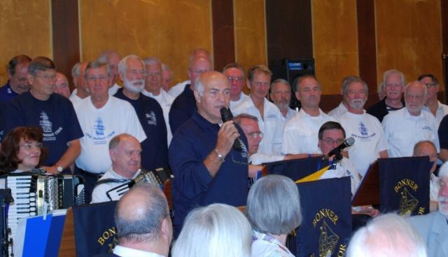 2008: Das Geburtstagsgeschenk des PASSAT CHORES wird angekündigt (Foto: Achim Haupt)